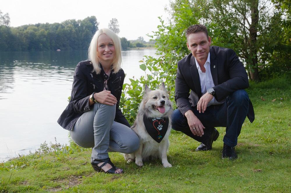 Bernadette und Björn Cranen mit Therapiehündin Amy. Foto: Förderverein
